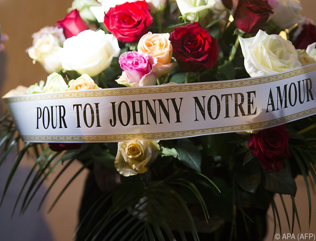 Trauerzug von Johnny Hallyday fährt über die Champs-Elysees