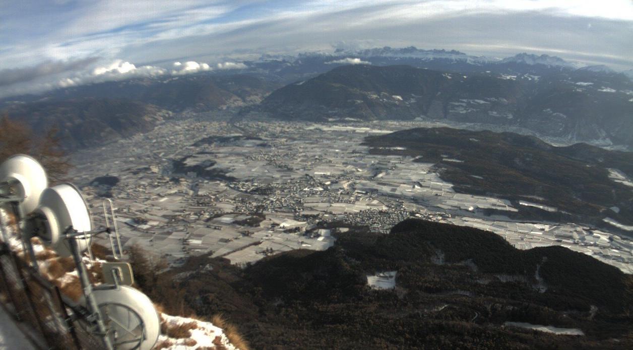 Verdrehtes Wetter: Braungrüne Hänge und Schnee im Tal
