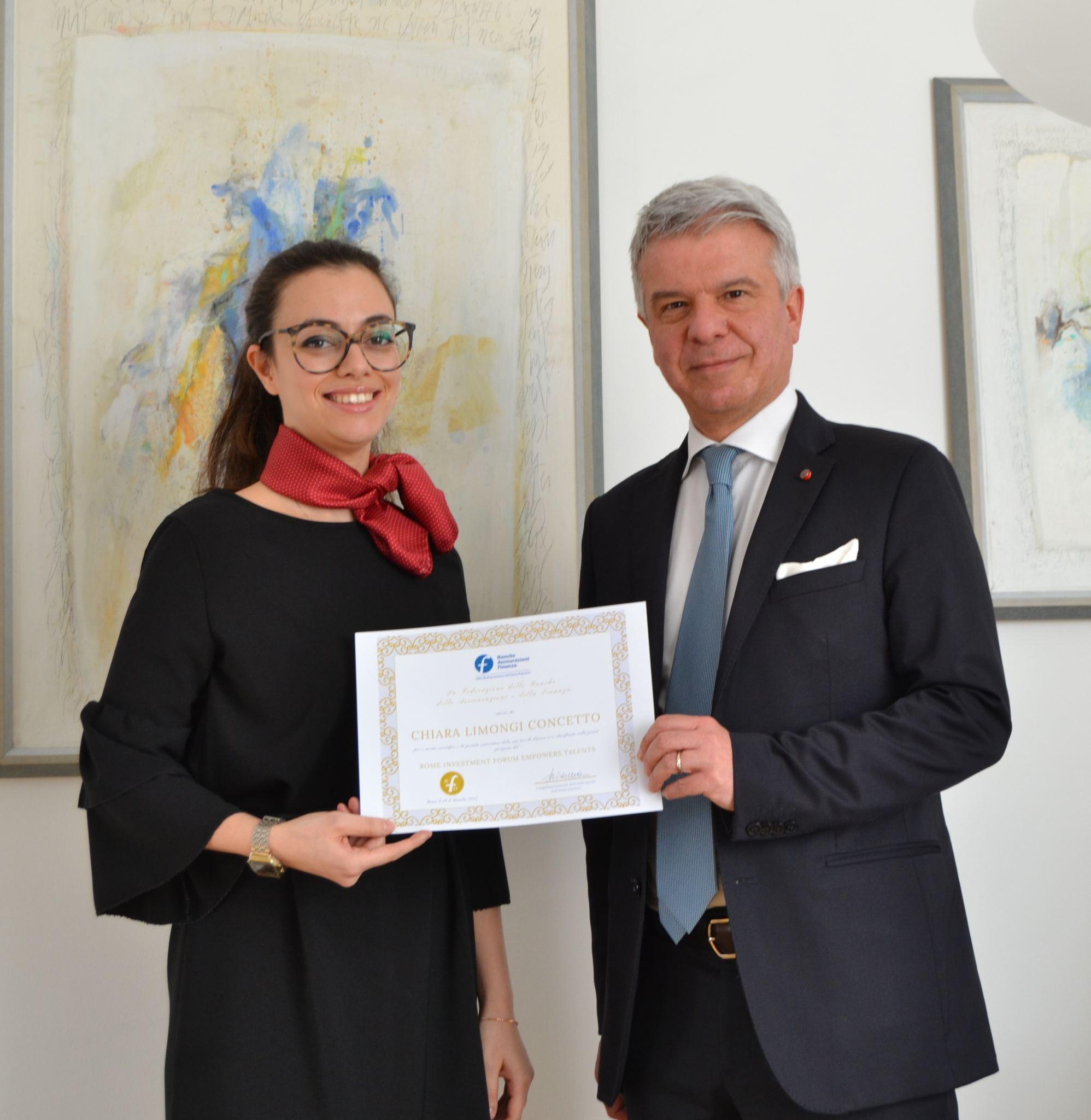 RIFET-Preis an junge Mitarbeiterin der Sparkasse