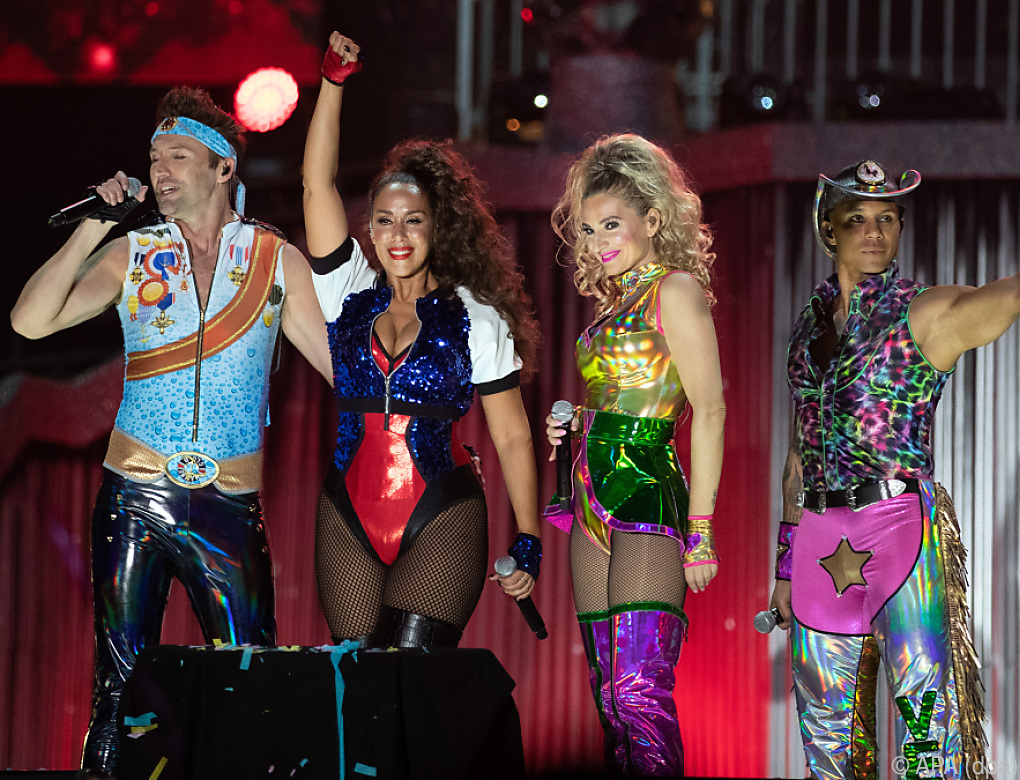 "Vengaboys performen ""We're Going To Ibiza"" in Wien"