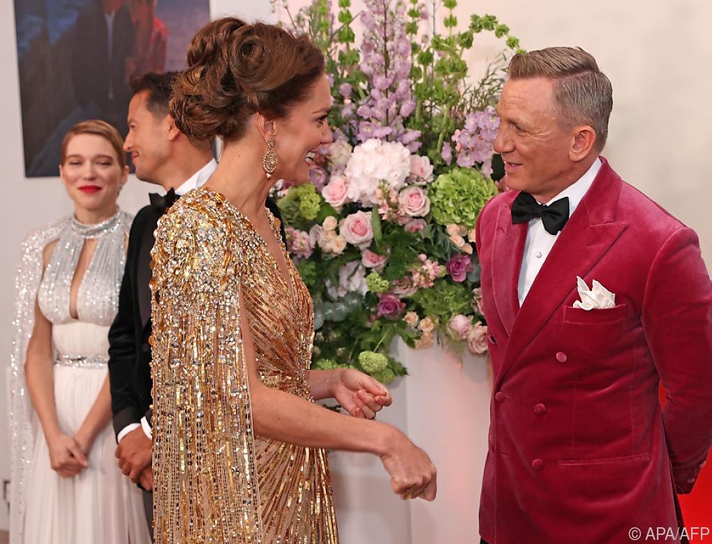 Herzogin Kate funkelt bei Bond-Premiere ganz in Gold